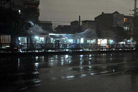 Nhà dân bật đèn sáng trưng vào lúc 9h08'.