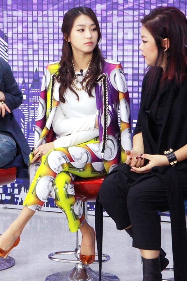 Tham gia Fashion King Korea còn có Bora của Sistar, nữ rapper đã cùng hợp tác nhà thiết kế Lee Joo Young cho ra những mẫu trang phục mạnh mẽ, cá tính.