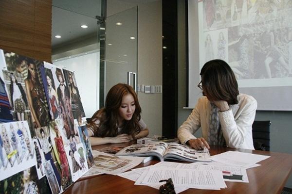 Hyo Min từng quảng cáo cho những cửa hàng thời trang online trước khi nổi tiếng. Với kinh nghiệm và gu thời trang sành điệu, cô nàng từng được G-Market mời hợp tác ra mắt 150 sản phẩm giá rẻ.