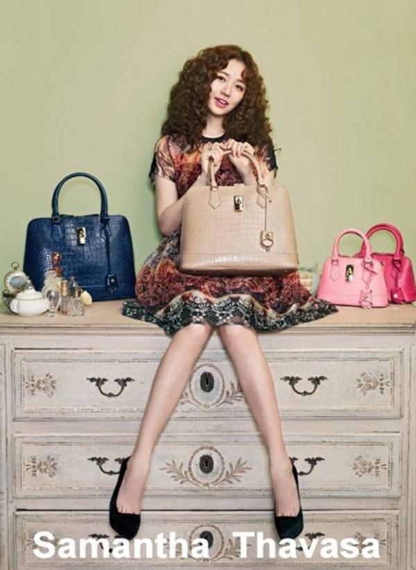 Không chỉ quảng cáo, Eun Hye còn tham gia vào quá trình lên ý tưởng, chọn chất liệu và cả quá trình sản xuất của những chiếc túi nổi tiếng này.
