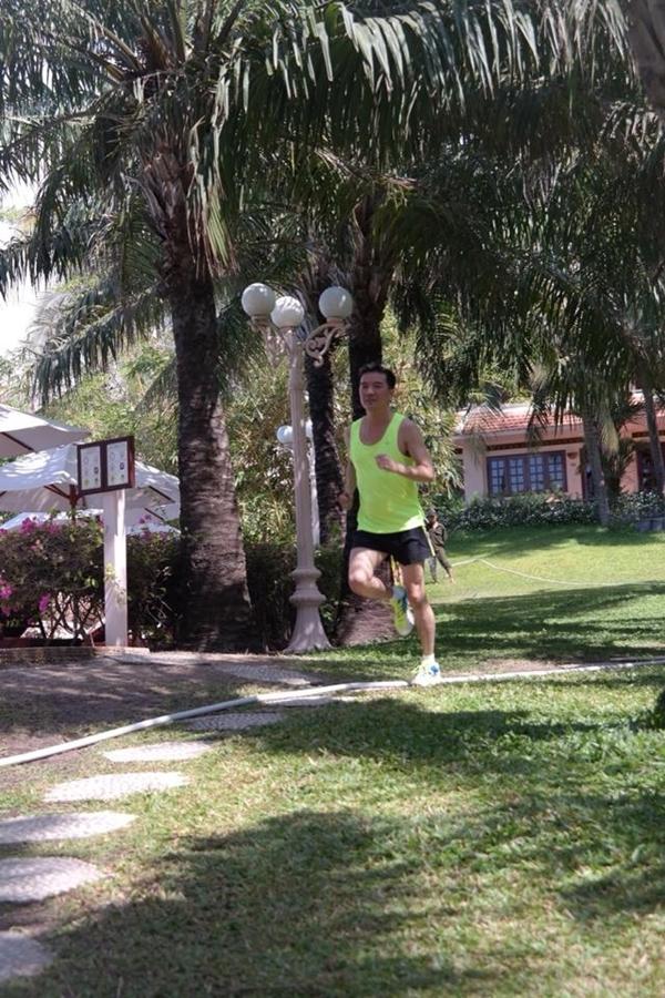 Diện cho mình một bộ đồ xanh nõn chuối, Đàm Vĩnh Hưng đã chạy bộ quanh khu resort.