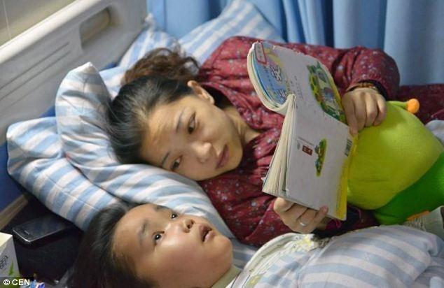 MẹChu Lộđang đọc sách cho con traiHiếu Thiênkhi cậu bé đã bị căn bệnh ung thư não làm mù mắt.