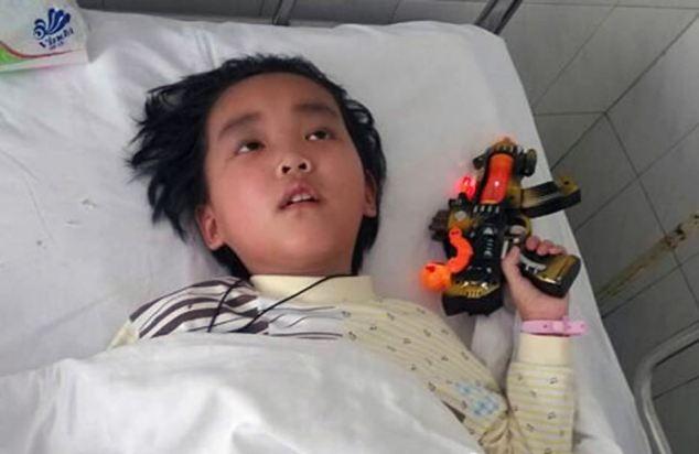 Nghẹn ngào cậu bé 7 tuổi xin chết để cứu sống mẹ