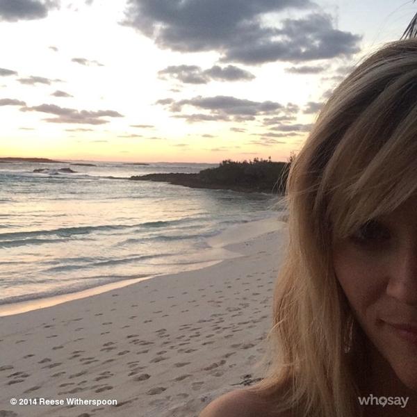 Reese Witherspoon thích thú khi được ngắm hoàng hôn tại bờ biển.