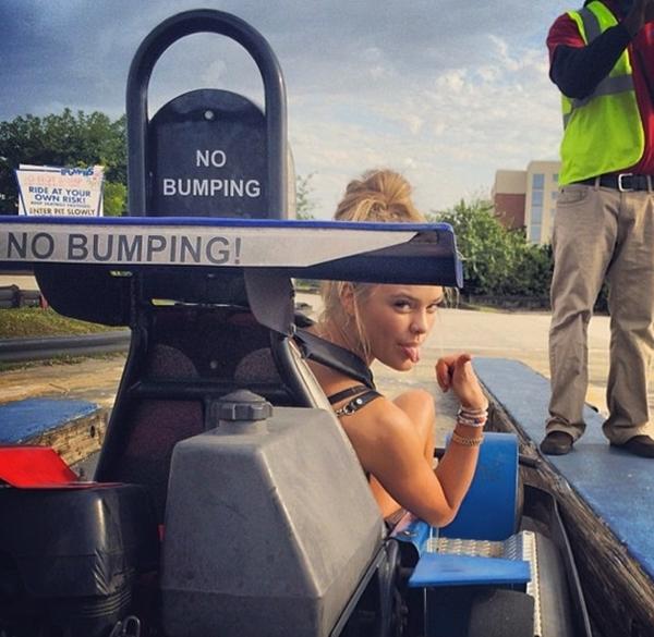 Nina Agdal đã sẵn sàng để có một cuộc đua xe.