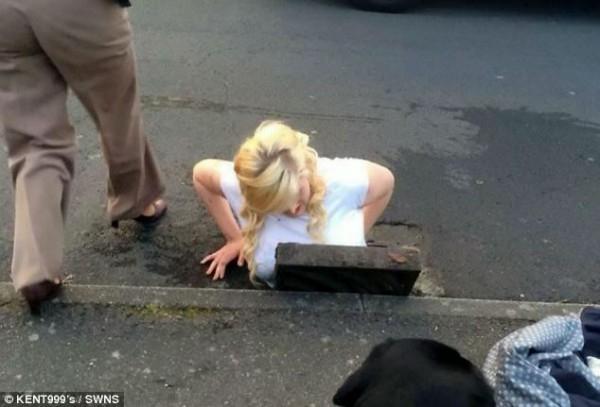 Cô gái mắc kẹt vì nhảy xuống cống để giải cứu... iPhone