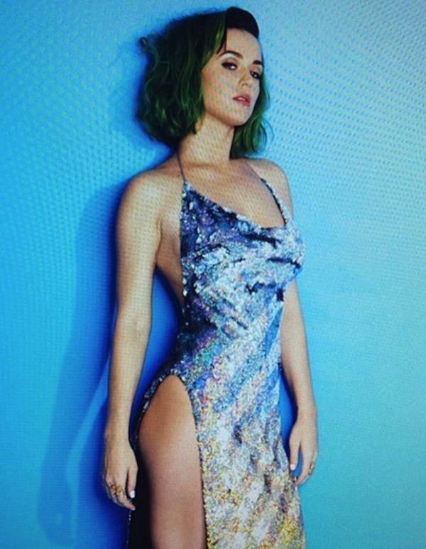 Với chiếc váy cùng những nét cắt vừa đủ hé lộ những đường cong nóng bỏng củaKaty Perry
