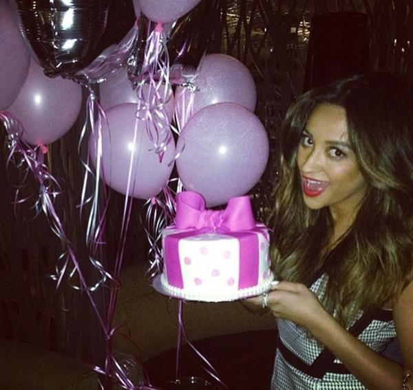 Shay Mitchell ăn mừng sinh nhật của mình.