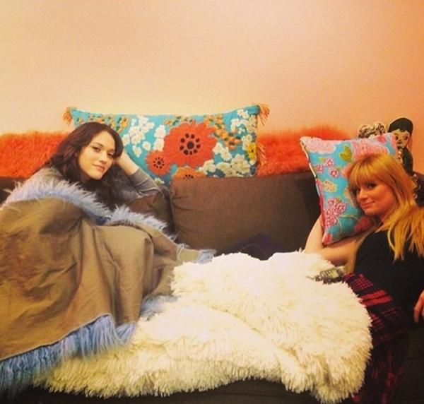 Kat Dennings và Beth Behrs đang nghỉ ngơi và vui đùa cùng nhau