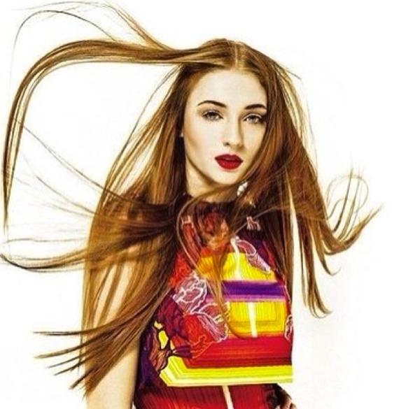 Sophie Turner đang bận rộn trong buổi chụp hình. Với mái tóc tung bay trong gió, cô trở nên cuốn hút hơn bao giờ hết.