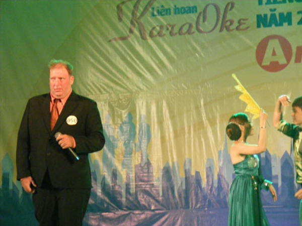 Hình ảnh Kevin Rogers tại cuộc thi hát năm đó.