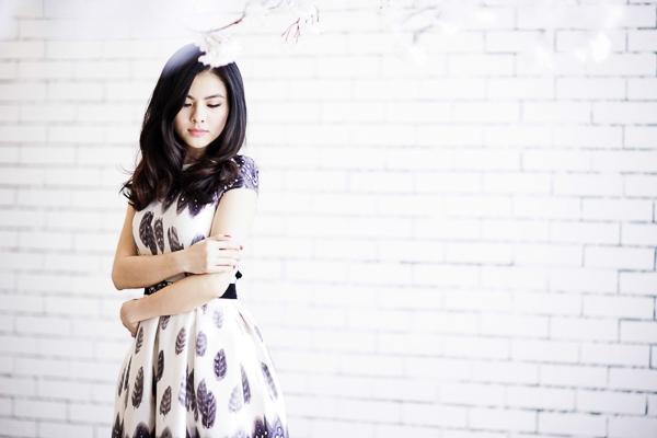 Vân Trang khoe sắc với váy họa tiết ấn tượng