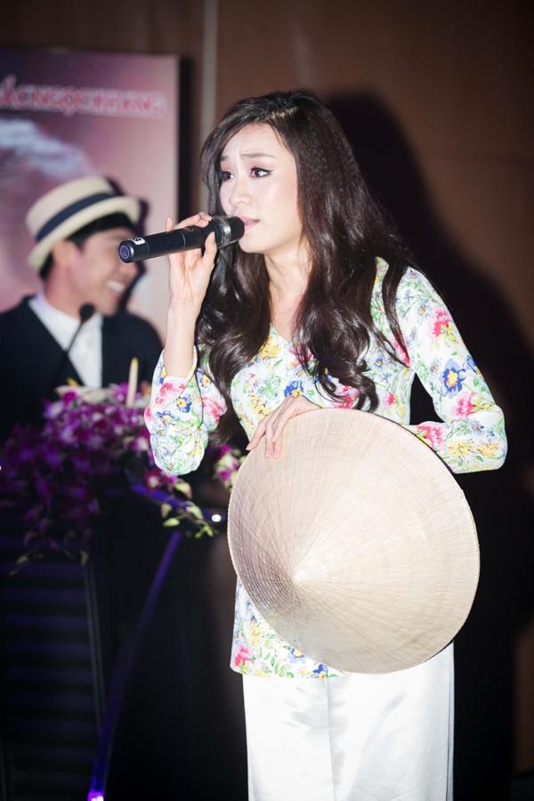 """Minh Thư rời bỏ những ca khúc Rock mạnh mẽ để hóa thân vào cô gái Nam bộ thể hiện ca khúc """"Em đi trên cỏ non"""""""