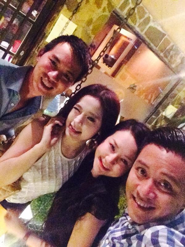 Tuấn Hưng và vợ cùng đi chơi với bạn bè tại Sài Gòn