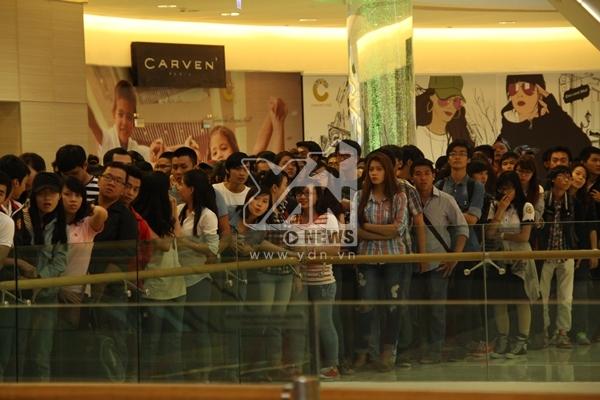 Rất nhiều fan đã đến từ sớm để ngắm nhìn thần tượng của mình.