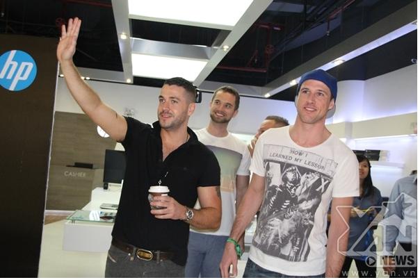 Shayne Ward và DJScott Kirby xuất hiện trong sự chào đón nồng nhiệt của người hâm mộ.