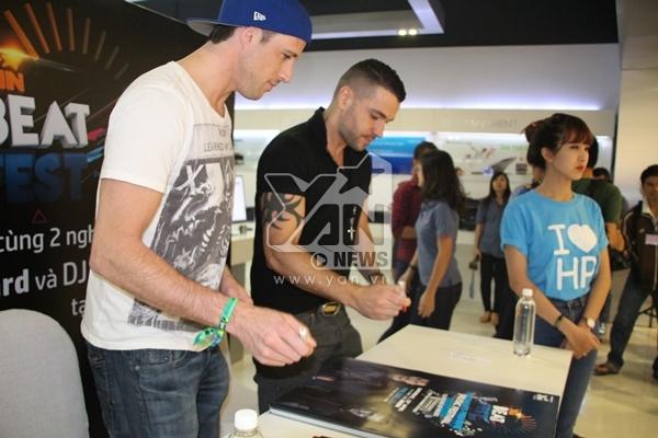 [YAN Beatfest] Shayne Ward và DJ Scott Kirby thân thiện ký tặng fan