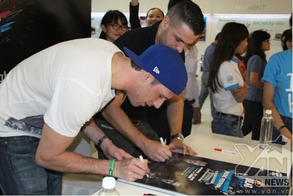 Shayne Ward và DJScott Kirby đã khá bận rộn khi kí tặng hàng trăm tấm hình dành tặng cho khán giả.