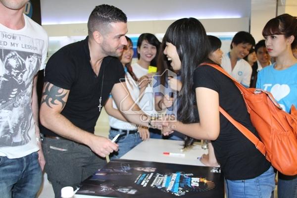 Tuy nhiên cả hai đều vui vẻ và nhiệt tình giao lưu cùng với những fan hâm mộ của mình.