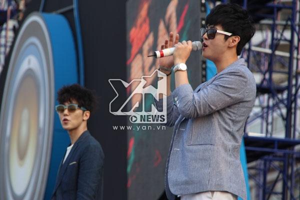 2 chàng điển trai nhóm M-tiful khiến nhiều fan Việt phấn khích khi cả hai cùng cố gắng hát tiếng Việt. - Tin sao Viet - Tin tuc sao Viet - Scandal sao Viet - Tin tuc cua Sao - Tin cua Sao