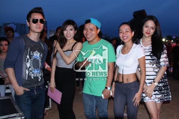 Khá nhiều khán giả đã có mặt tại buổi tổng duyệt và có cơ hội gặp gỡ, chụp ảnh cùng các Sao Việt. - Tin sao Viet - Tin tuc sao Viet - Scandal sao Viet - Tin tuc cua Sao - Tin cua Sao