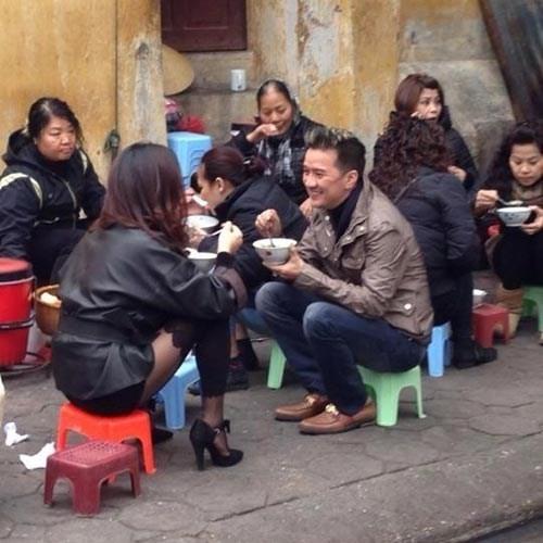 Không chỉ ở Sài Gòn, có mặt ở Hà Nội, nam ca sĩ Bình minh sẽ mang em đi cũng không ngại ngồi vỉa hè thưởng thức bát bánh đúc nóng cùng người bạn thân.