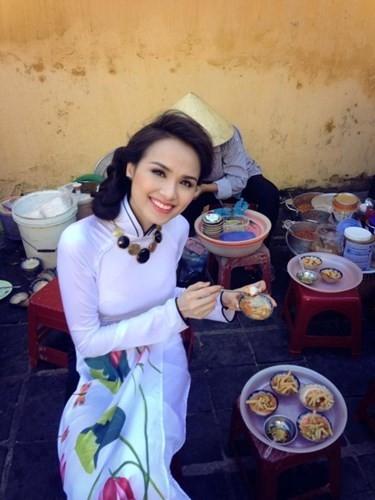 Ăn vận cầu kỳ nhưng Hoa hậu Diễm Hương không ngại dừng chân tại một quán cóc để thưởng thức những món bánh đặc biệt của miền Trung.