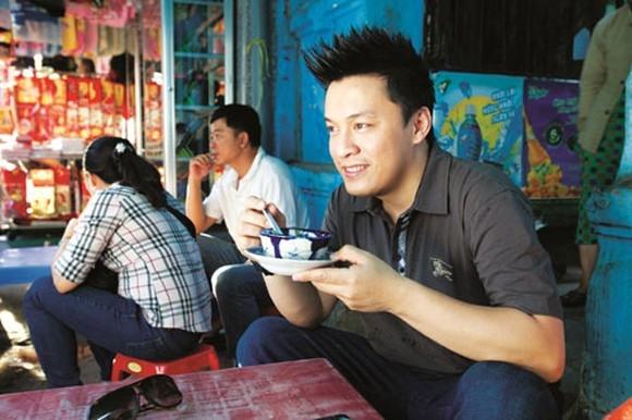 Anh Hai Lam Trường thích thưởng thức những món chè ngon của một quán nhỏ.