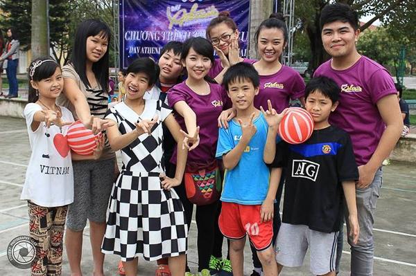 Các thí sinh tham gia các hoạt động cùng các em nhỏ