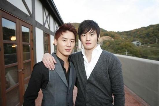 Anh em sinh đôi Kim Junsu và Kim Moo Young