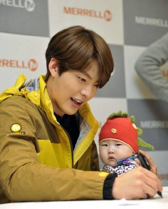 Kim Woo Bin cực đáng yêu khi vừa trông em bé vừa ký tên