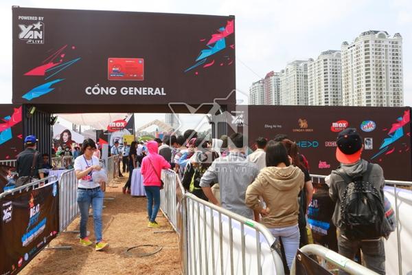 Quang cảnh cổng vào từ 9h sáng, các bạn trẻ rất háo hức để vào bên trong khu vực lễ hội với nhiều hoạt động thú vị.