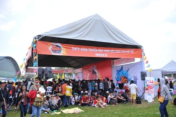 Các bạn trẻ tập trung rất đông tại booth của YANTV và YAN News để tham gia nhiều cuộc thi hấp dẫn