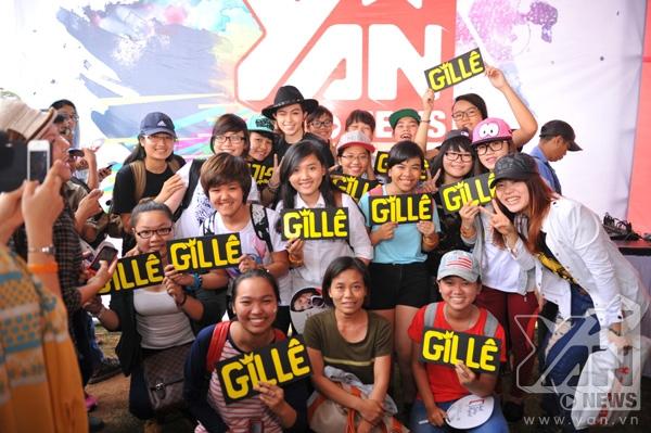 Gil Lê có mặt để giao lưu và chụp hình lưu niệm cùng fan