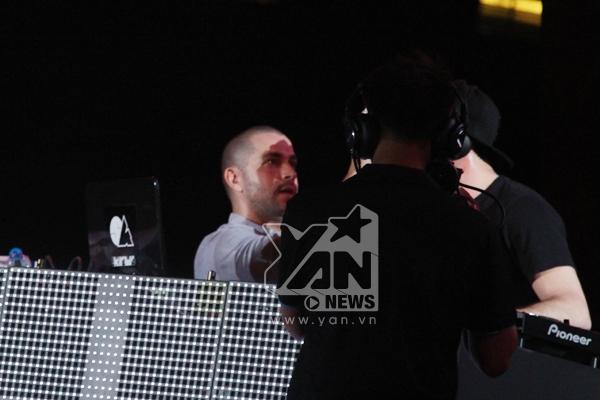 Shayne Ward dùng khăn lau mồ hôi cho DJ Scott