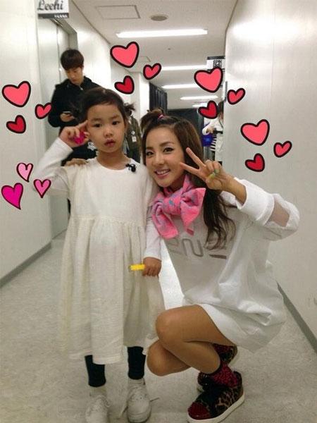 Dara khoe hình chụp xinh xắn với con gái của Tablo - Haru