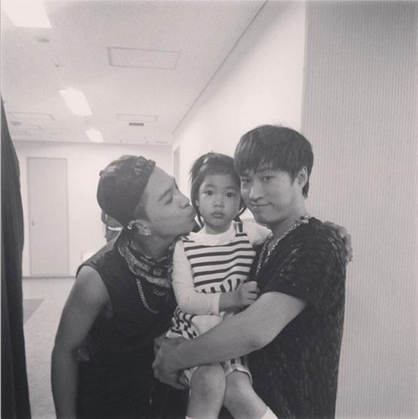 Taeyang cũng khoe hình đáng yêu bên con gái của Tablo - Haru trong hậu trường YG Family Concert