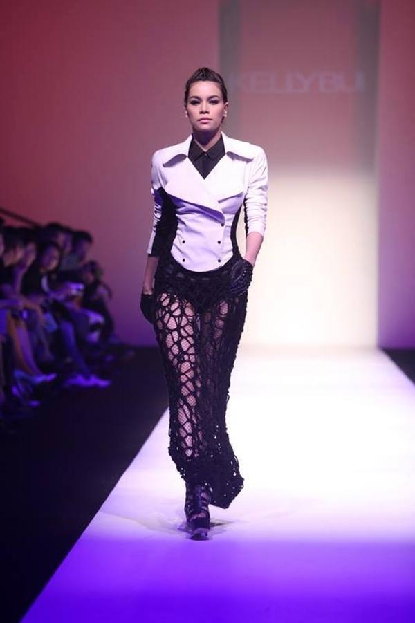 """NTK Kelly Bui tham dự tuần lễ Thời trang Thượng Hải với 40 mẫu thiết kế thu - đông mới nhất trong bộ sưu tập (BST) mang tên """"Hành trình phiêu du"""". Hồ Ngọc Hà tham gia show diễn với tư cách là first face của BST."""