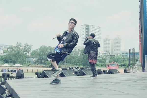 Yanbi trong buổi biểu diễn của YAN Beatfest, anh chàng đang đắm mình trong ca khúc Love you tonight.