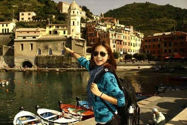 """Ngô Thanh Vân nhớ về khoảng thời gian mà cô đi du ngoạn ở Ý: """"Muốn vác ba lô lên rồi đi nữa quá. Tấm này chụp ở ý. Một ngôi làng thật đẹp mê ly."""""""