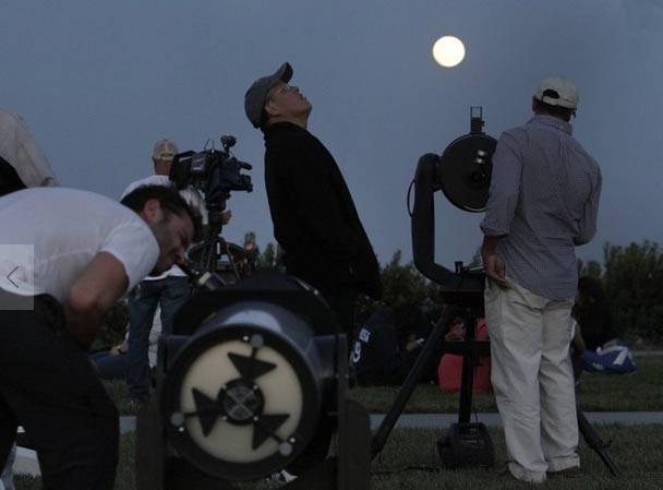 Ở Mỹ, những người đam mê thiên văn đã chuẩn bị những thiết bị quan sát để tận mắt chứng kiến hiện tượng hiếm có này. Ảnh: LA Times.