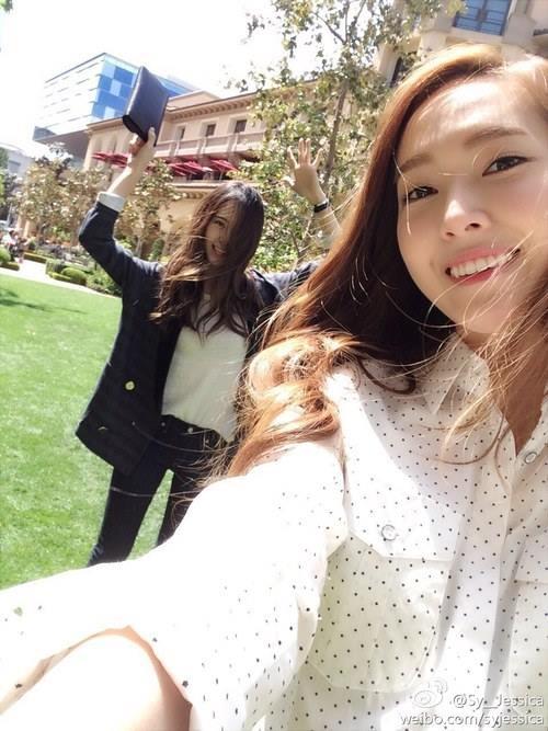 [Mlog Sao] Jessica nhắng nhít bên em gái Krystal, Yuri khoe hình lạnh lùng