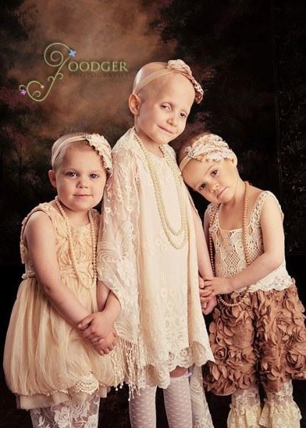 """""""Rơi nước mắt"""" trước hình ảnh các bé gái bị ung thư bao bọc lẫn nhau"""