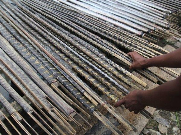 Tất cả sẽ được căng đều bằng cách quấn chặt vào các thanh gỗ nhỏ và để nơi khô ráo.