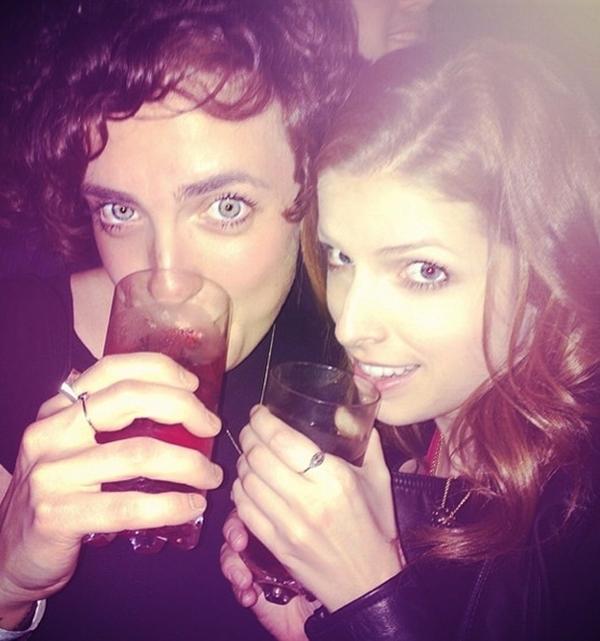 """Anna Kendrick lần lượt """"tấn công"""" các quán bar cùng những người bạn của mình."""