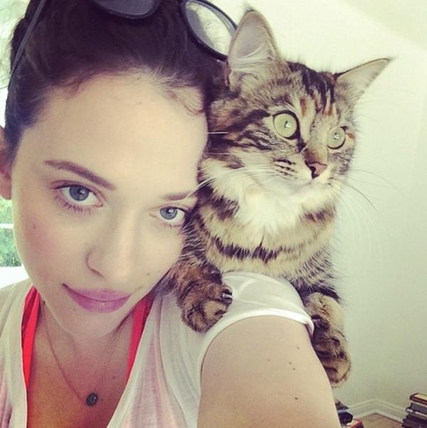 Kat Dennings thích thú khoe chú mèo cưng của mình.