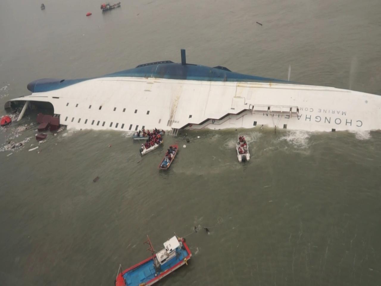 Chạy đua với thời gian cứu người trong thảm họa chìm phà Hàn Quốc