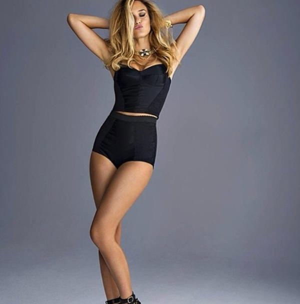 Người mẫuBar Refaeli khoe những đường cong mượt mà quyến rũ trong một bộ ảnh mới.