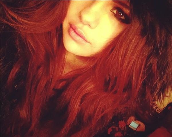 Selena Gomez quyến rũ và bí ẩn trong một kiểu trang điểm mới.