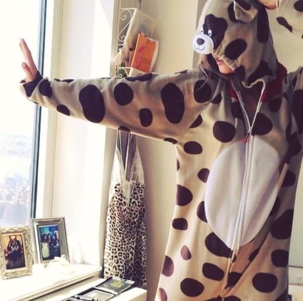 Nina Agdal nghịch ngợm trong bộ đồ hình thú. Cô nàng tỏ vẻ thích thú khi mặc lên mình bộ quần áo dễ thương này.